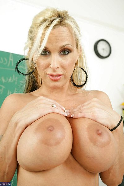 Assy milf daddy Holly Halston is demonstrating her anal gap