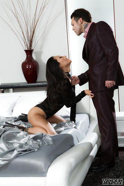 Brunette Asa Akira amazing porn show along much younger stallion