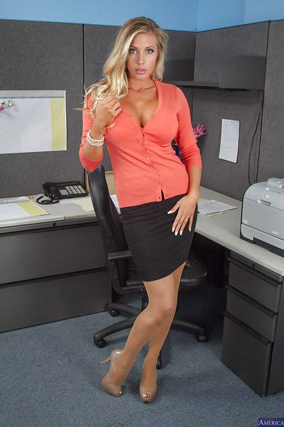 Office babe Samantha is ready to show her super hot body and pussy