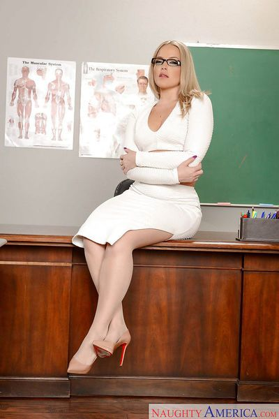 Solo girl Alexis Texas revealing phat MILF ass on teacher