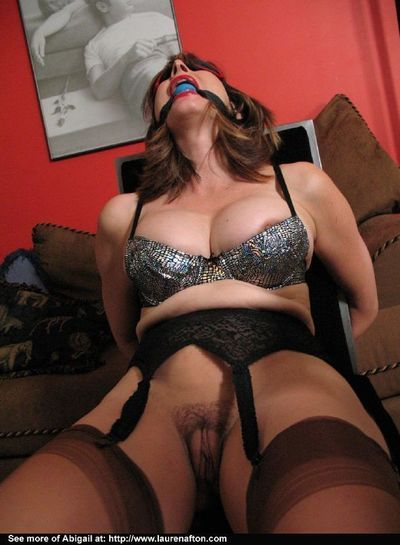 Blindfolded and bound fetish babe in stocking gets her pussy licked