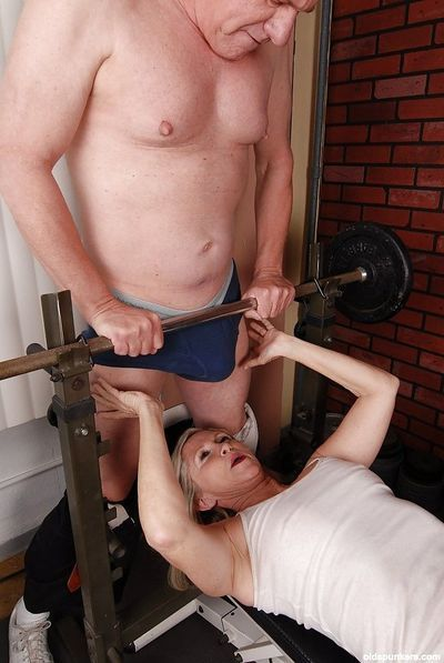 Hardcore mature woman Annabelle is sucking during bench press