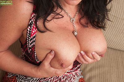 Masturbating action of a wonderful mature slut Pepper Ann