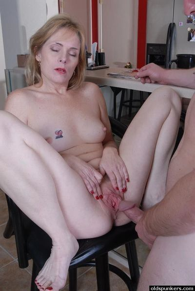 Experienced dame Pandora taking cumshot in pussy in the kitchen
